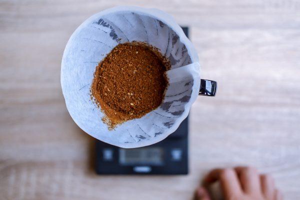 Bubuk kopi di dalam dripper Hario V60