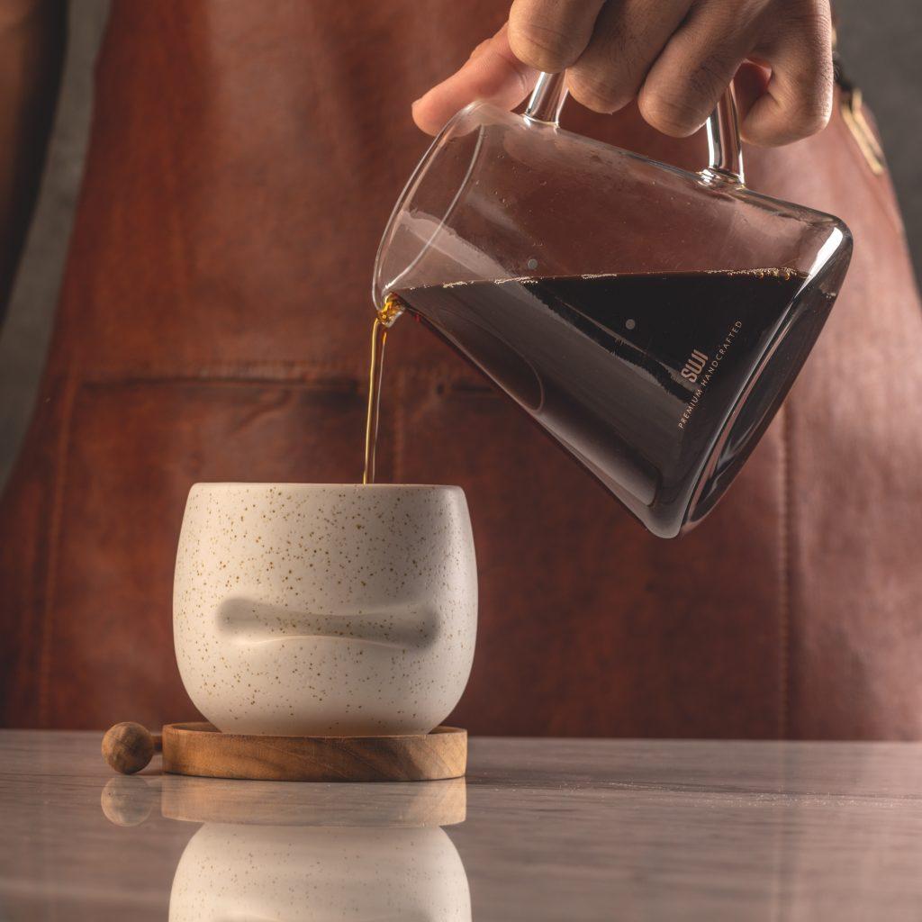 menuangkan kopi dari decanter ke mug