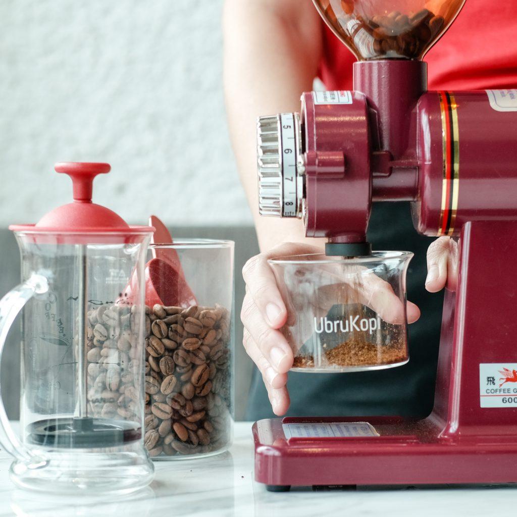 Menggiling kopi pada Latina 600N electric coffee grinder