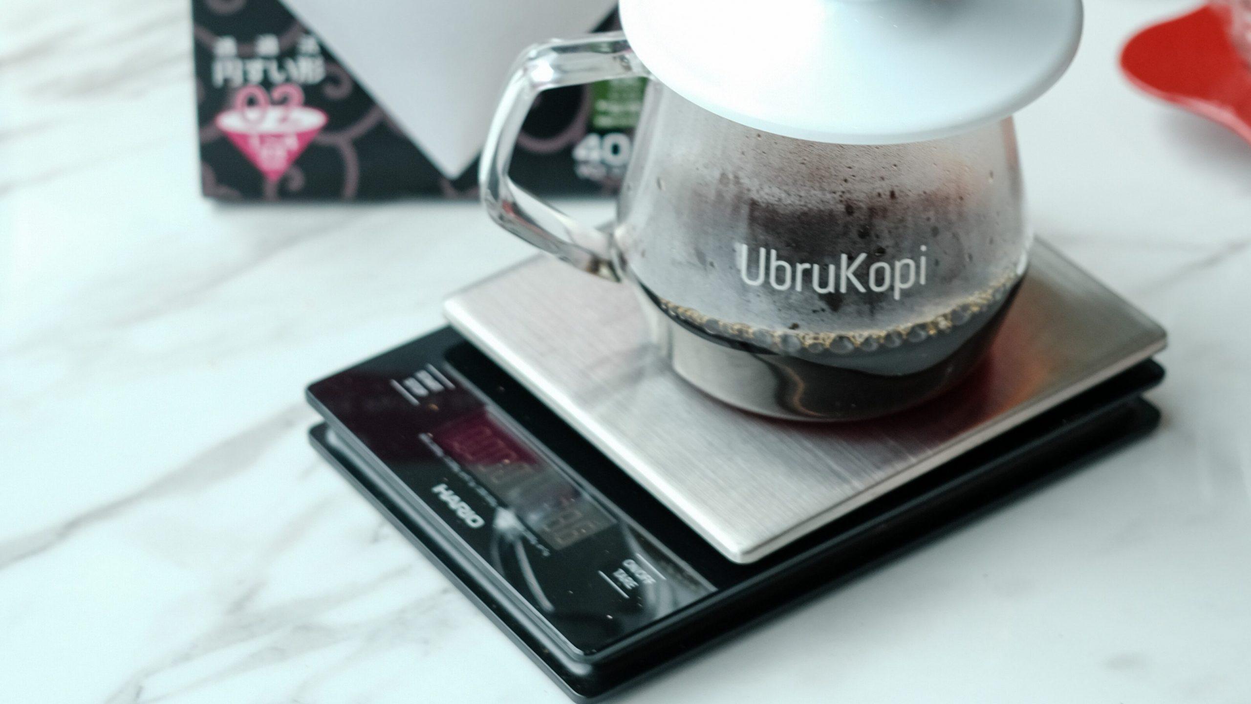 Timbangan digital juga merupakan alat kopi yang diperlukan dalam seduh manual